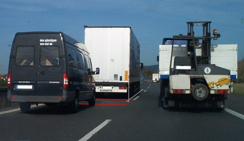 """""""Abstand gleich halber Tacho in Metern"""" - bei der hier gefahrenen Geschwindigkeit wären dies mindestens 40 m, die klar nicht erreicht werden. (Bild: btr, Wikimedia, CC)"""