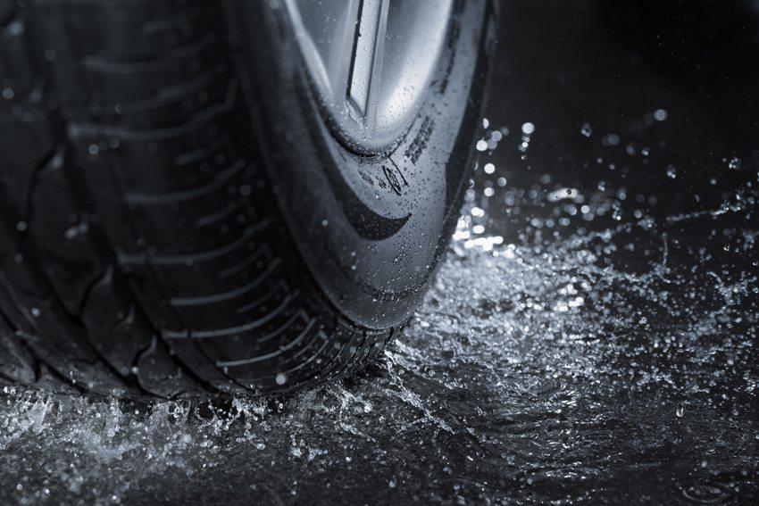 Das Fahrzeug mit Leichtlaufreifen bremst vor allem bei Nässe schlechter. (Bild: Stocksnapper / Shuterstock.com)