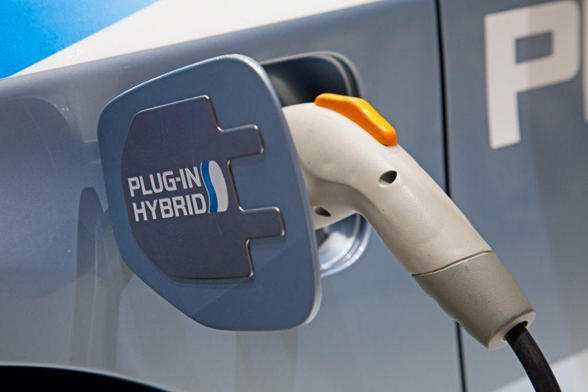 Plug-in-Hybride verbinden die Vorzüge klassischer Verbrennungsmotoren und Elektromotoren miteinander. (Bild: Fedor Selivanov / Shutterstock.com)