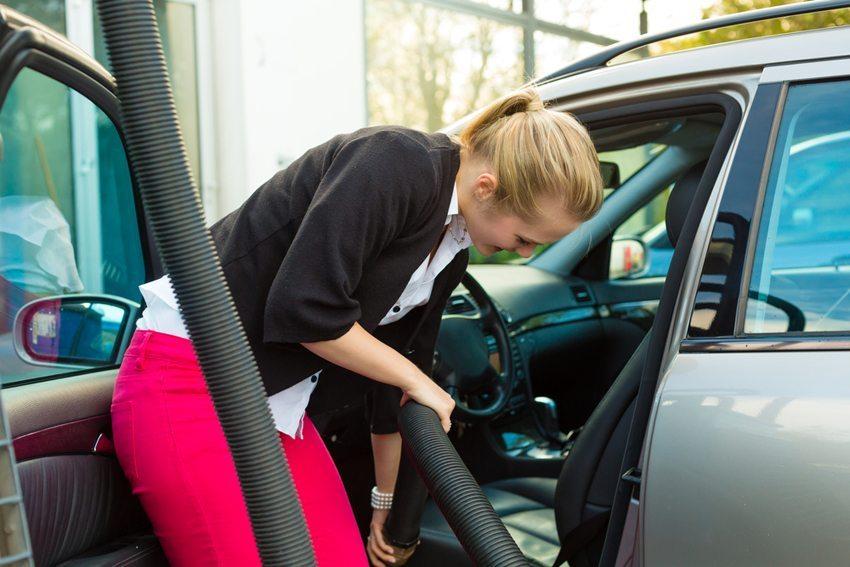 Die Staubsauger an den Tankstellen ermöglichen nur oberflächliche Säuberung. (Bild: Kzenon / Shutterstock.com)