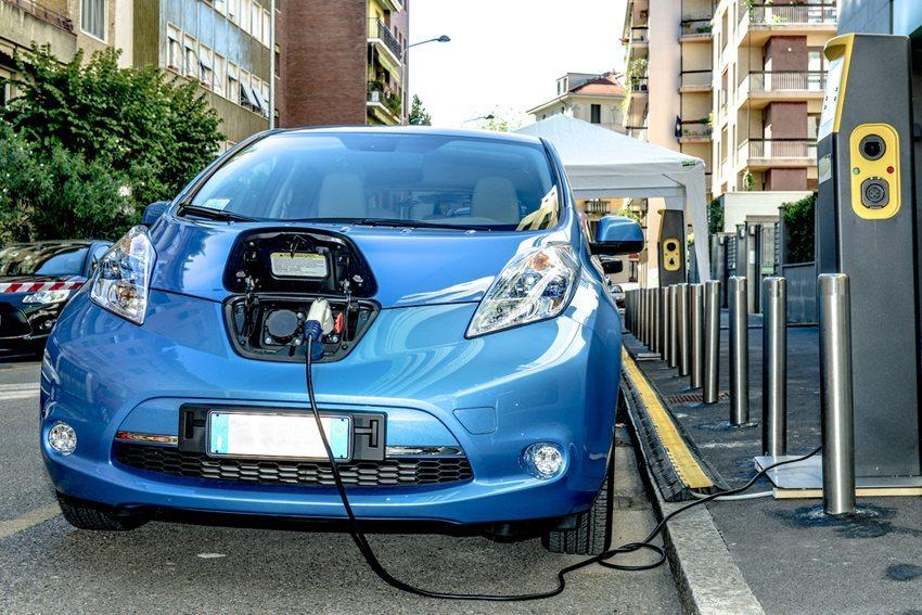 Öffentliche Aufladestationen für Elektrofahrzeuge sind selbst in Grossstädten immer noch rar gesät. (Bild: Viappy / Shutterstock.com)