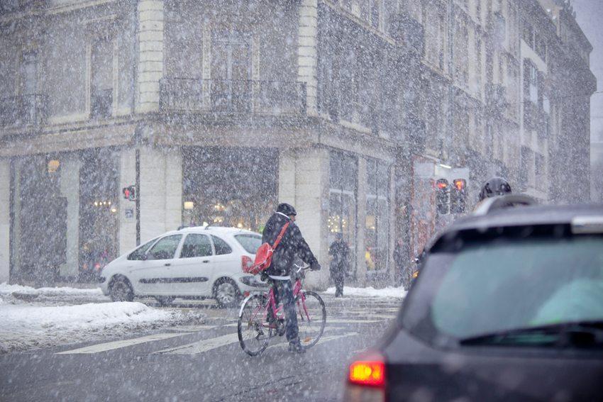 Schlechtes Wetter und Dunkelheit stellen erhöhte Risikofaktoren im Strassenverkehr dar. (Bild: topora / Shutterstock.com)