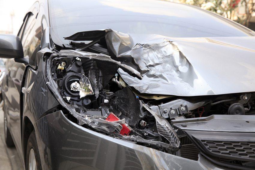Ein Unfallwagen gilt als schwer verkäuflich.  (Bild: Naypong / Shutterstock.com)