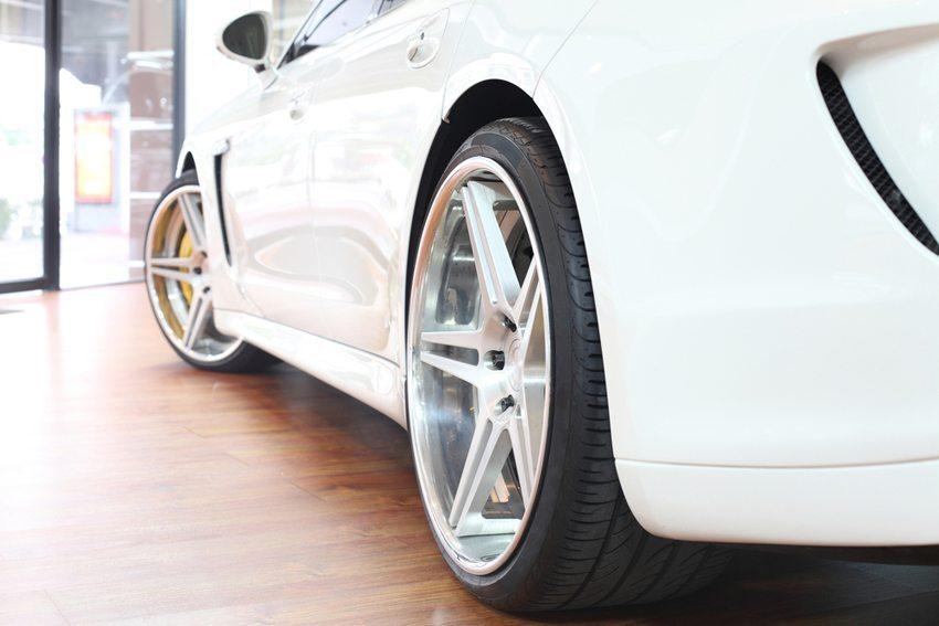 Grosse Autofelgen sind vielfach mit einem protzigen Image behaftet. (Bild: bankerwin / Shutterstock.com)