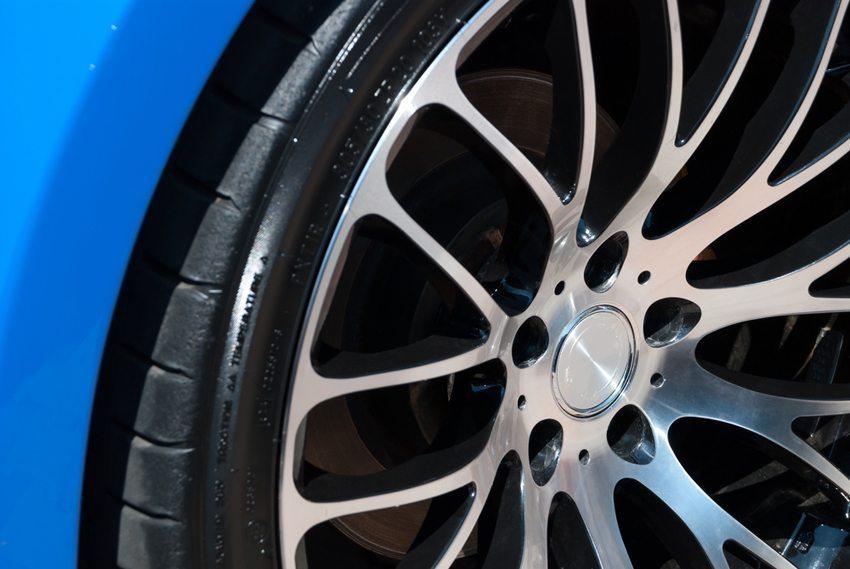 Grossfelgen sorgen bei einem Fahrzeug für eine verstärkte Wirkung des optischen Erscheinungsbildes. (Bild: s_oleg / Shutterstock.com)