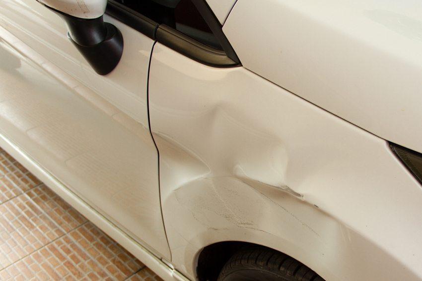 Am privaten Automarkt werden für einen Unfallwagen meist höhere Preise erzielt können als beim Verkauf an einen Händler. (Bild: Operation Shooting / Shutterstock.com)