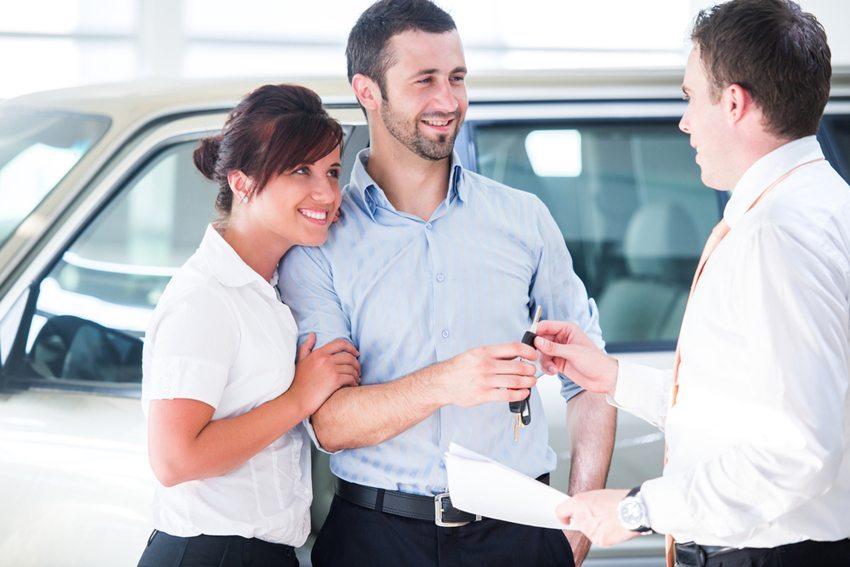 Bei einem Autokauf tritt die zwei Jahre geltende Gewährleistungsfrist in Kraft, sobald der Kaufvertrag unterschreiben und die Autoschlüssel dem Käufer übergeben wird. (Bild: Zurijeta / Shutterstock.com)