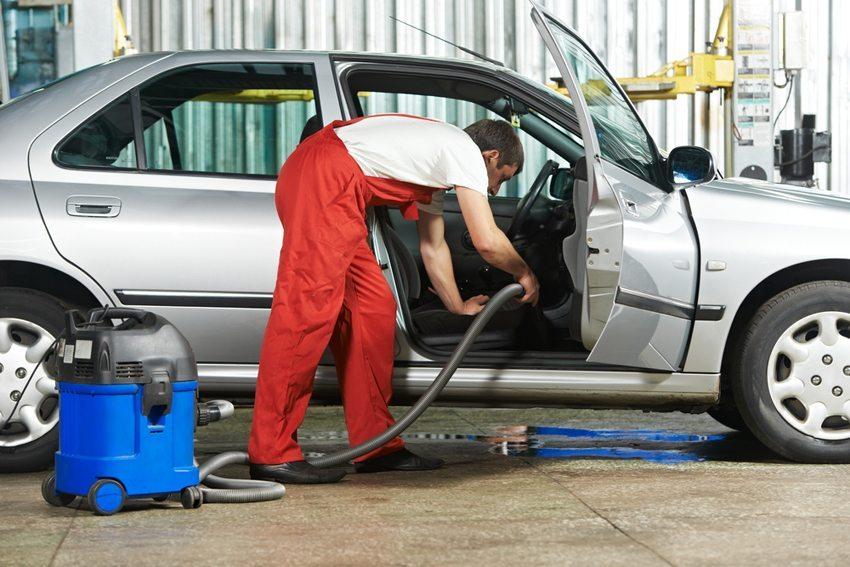 Professionelle Innenraumreinigung ermöglicht eine in die Tiefe gehende hygienische Reinigung. (Bild: Dmitry Kalinovsky / Shutterstock.com)
