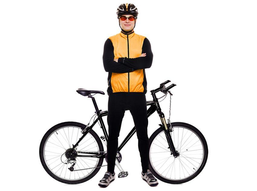 Helm und Reflektoren an der Kleidung der Radfahrer sind bei den Fahrten im Dunkeln äusserst wichtig. (Bild: Kalmatsuy / Shutterstock.com)