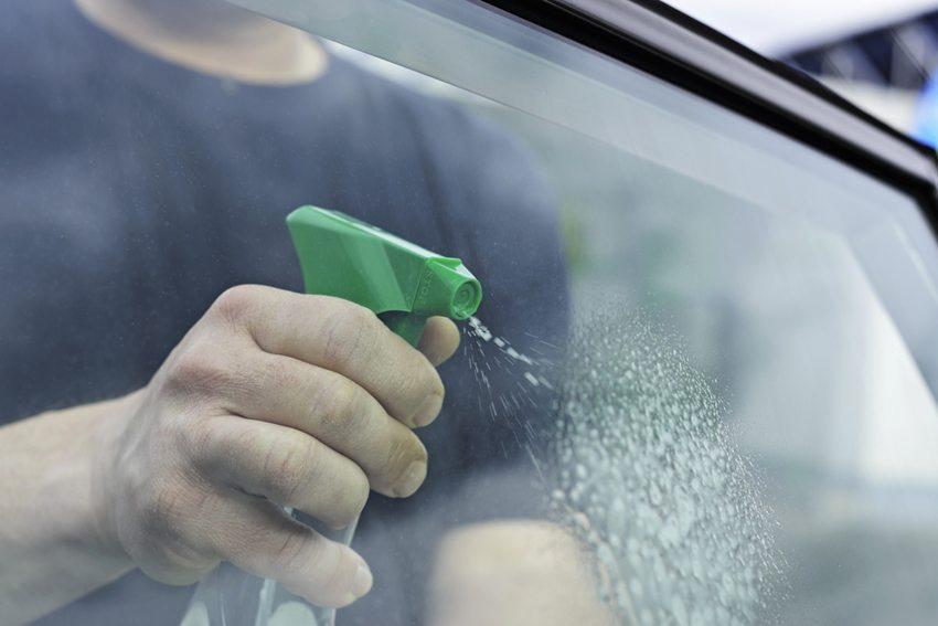 Die Autofenster bedürfen in regelmässigen Abständen einer Säuberung. (Bild: Jana Schoenknecht / Shutterstock.com)