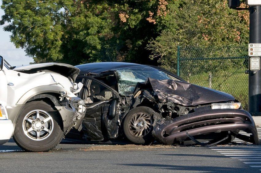 Komplette Zerstörung des Automobils – ein solches Szenario dürften alle Autobesitzer fürchten. (Bild: John Panella / Shutterstock.com)