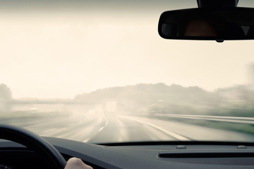 Es ist wichtig, gegenüber nachfolgenden Fahrzeugen im Nebel gut gekennzeichnet zu sein. (Bild: Olaf Naami / Shutterstock.com)