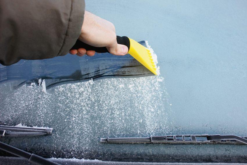Bei herbstlichen Verhältnissen sind beschlagene oder sogar leicht vereiste Scheiben keine Seltenheit. (Bild: nulinukas / Shutterstock.com)
