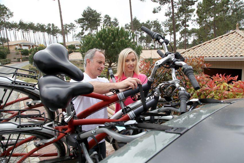 Im Handel werden Trägersysteme für das Heck des Autos angeboten. (Bild: Goodluz / Shutterstock.com)