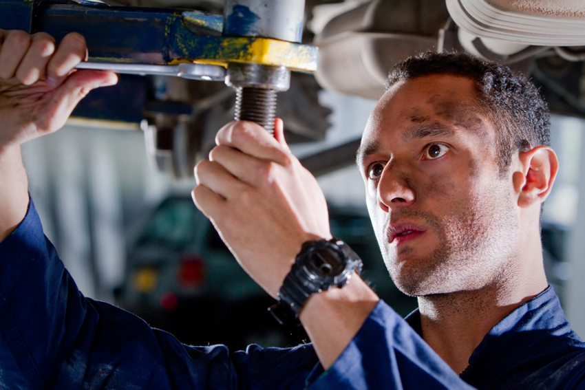 Reparieren ist heute weitgehend aus der Mode gekommen – schadhafte Bestandteile werden ohne lang zu überlegen einfach ausgetauscht. (Bild: Andresr / Shutterstock.com)