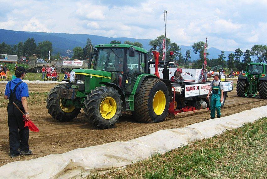 John Deere 6310, Standardtraktor in der 6-Tonnen-Klasse mit Pullerpneus (Terrareifen) beim Tractorpulling in Schwadernau, Schweiz, 2005. (Bild: Stefan Brunner, Wikimedia, CC)