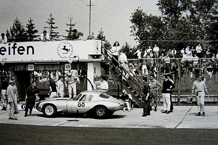 Jaguar Lightweight E-Type am 31.05.1964 beim 1000-km-Rennen auf dem Nürburgring (Bild: Lothar Spurzem, Wikimedia, CC)