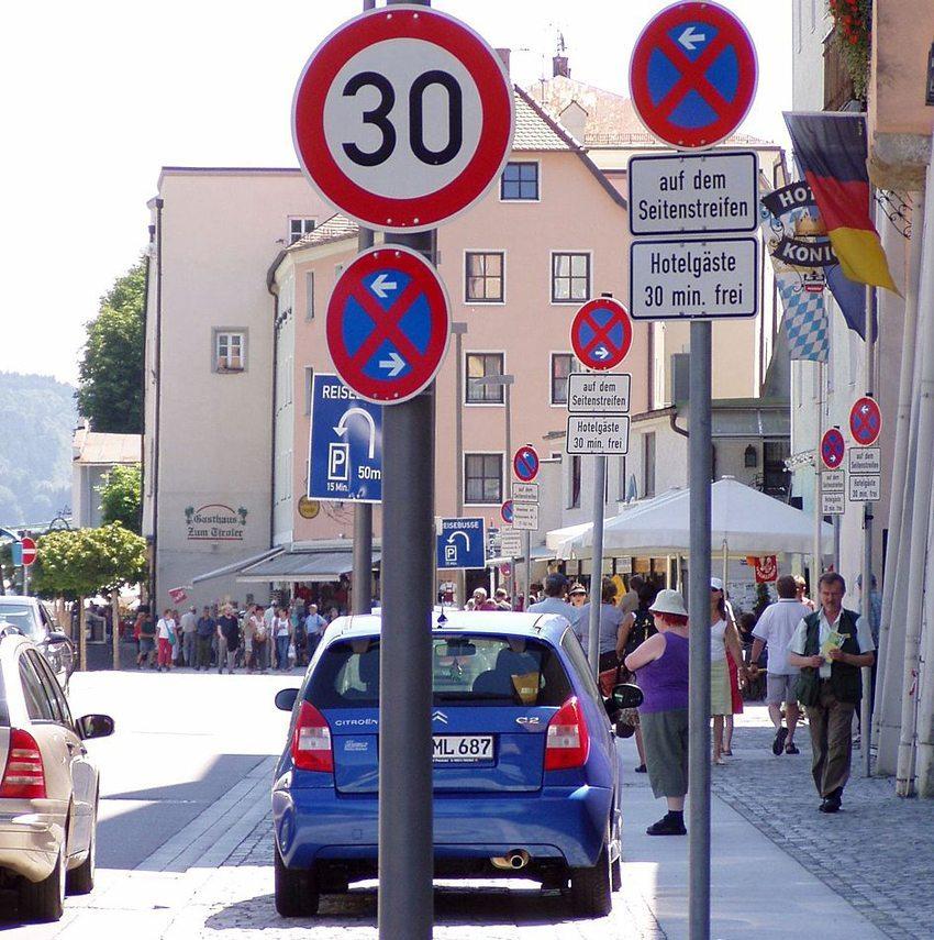 Überbeschilderung kann zu Reizüberflutung führen – Häufung von Verkehrszeichen an der Donaulände in Passau. (Bild: Bernd Sluka, Wikimedia, CC)
