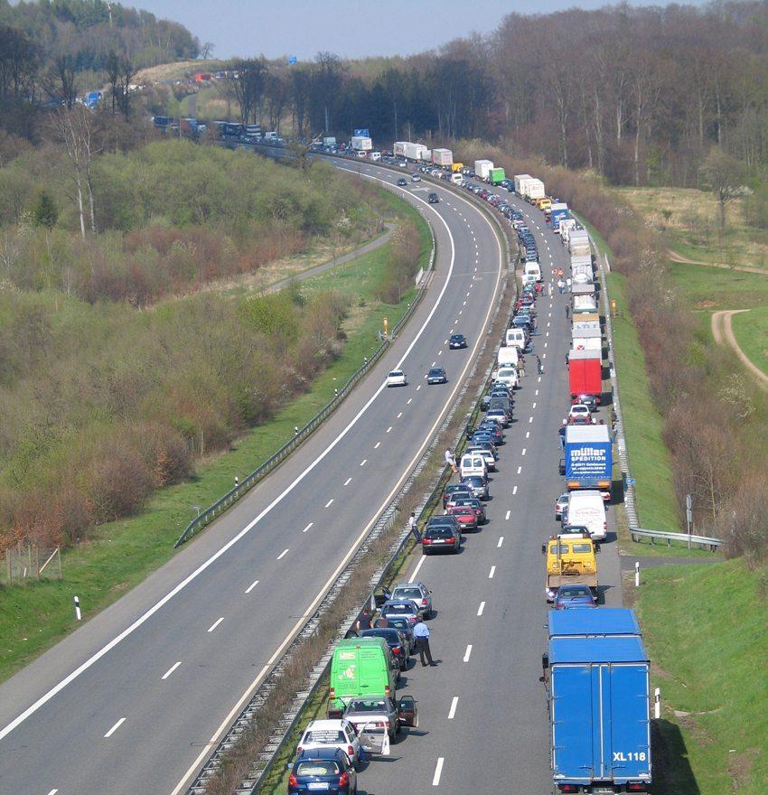 Rettungsgasse auf der A66 kurz vor Schlüchtern Nord (Bild: Achim Engel, Wikimedia)