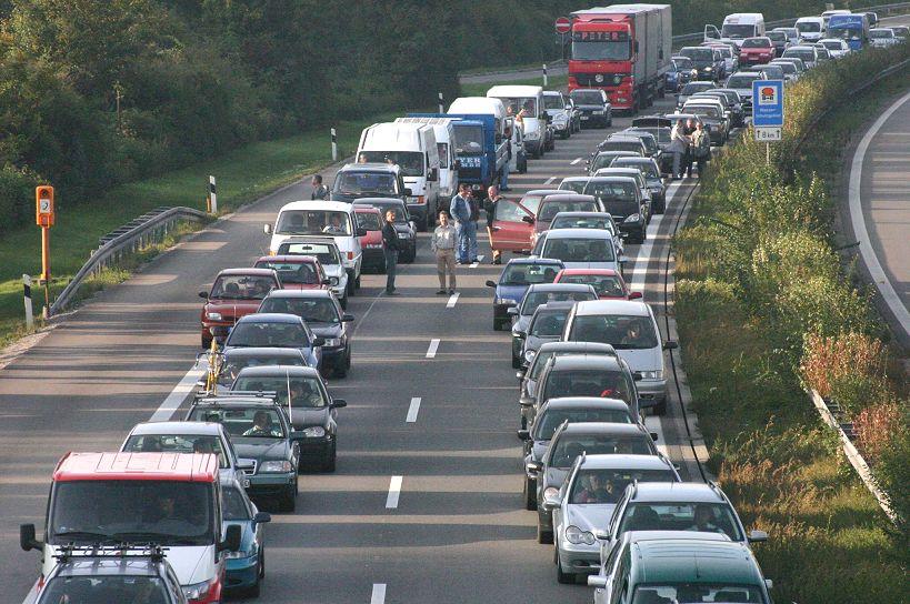 Stau auf der A81 bei Rottenburg; Personen und einige Fahrzeuge blockieren die Rettungsgasse. (Bild: Alexander Blum, Wikimedia)