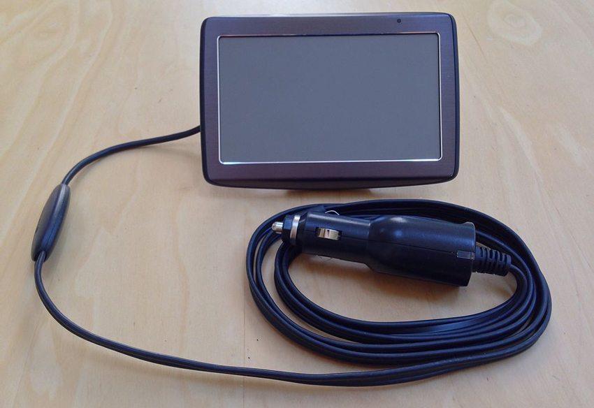 Traffic Message Channel Empfänger (links) angeschlossen an TomTom Navigationssystem via USB-Kabel. (Bild: z22, Wikimedia, CC)