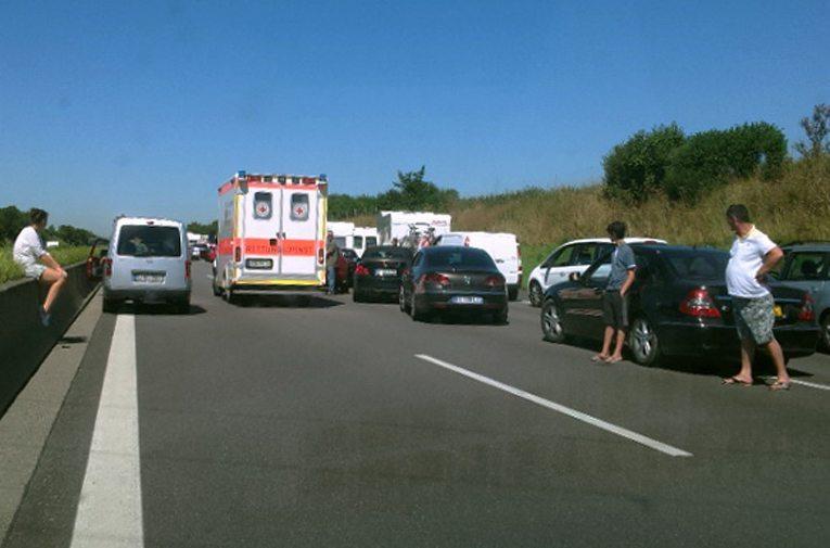 Rettungsfahrzeug fährt durch die gebildete Rettungsgasse auf einer dreispurigen Autobahn. (Bild: Usien, Wikimedia, GNU)