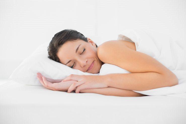 Das Bett soll das Schlafzimmer zu einer Wohfühl-Oase verwandeln. (Bild: © lightwavemedia - shutterstock.com)