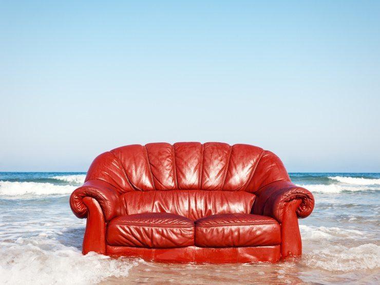Ein opulentes rotes Ledersofa sorgt sicher für Aufmerksamkeit. (Bild: © xcid - fotolia.com)