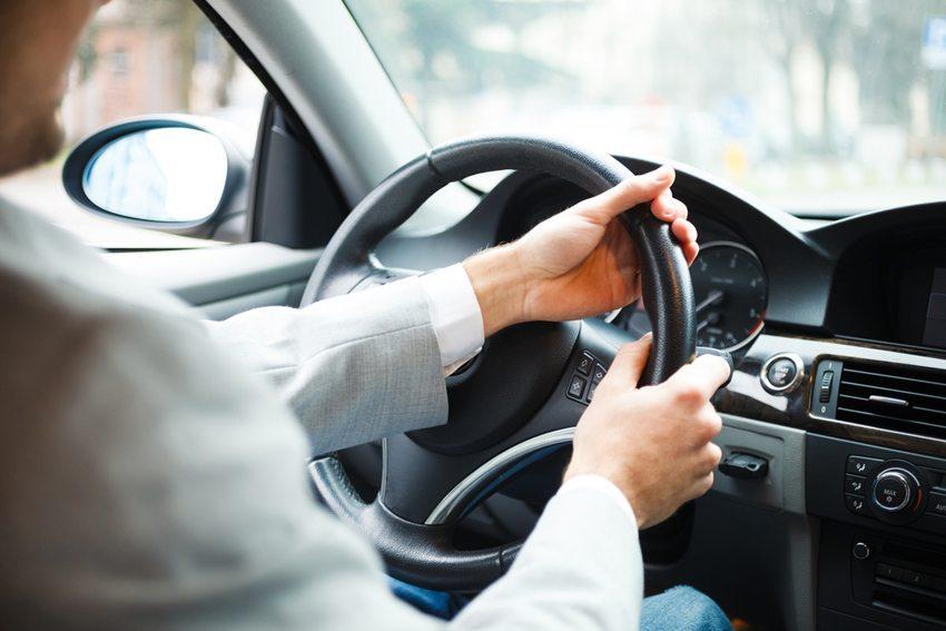 Nachdem Sie sich gut positioniert haben, drehen Sie das Lenkrad nach rechts bis zum Anschlag. (Bild: Minerva Studio / Shutterstock.com)