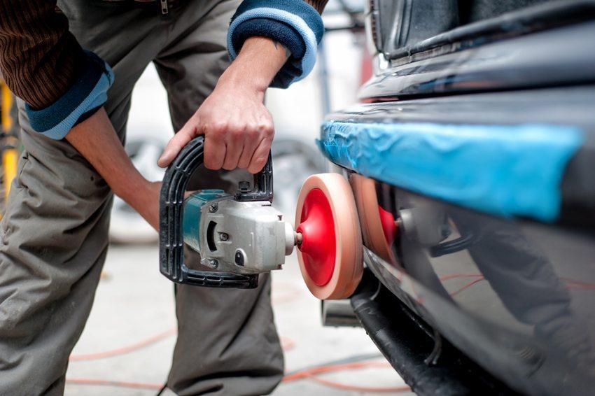 Nach dem Abdecken aller Kratzer wird die Stelle poliert. (Bild: bogdanhoda / Shutterstock.com)