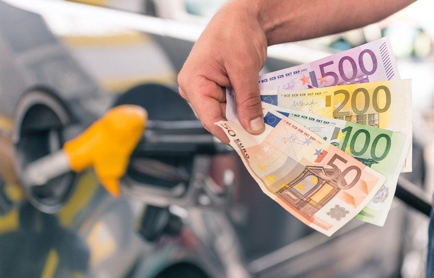 In der Norm verbrauchen Autos mehr Sprit als angegeben. (Bild: View Apart / Shutterstock.com)