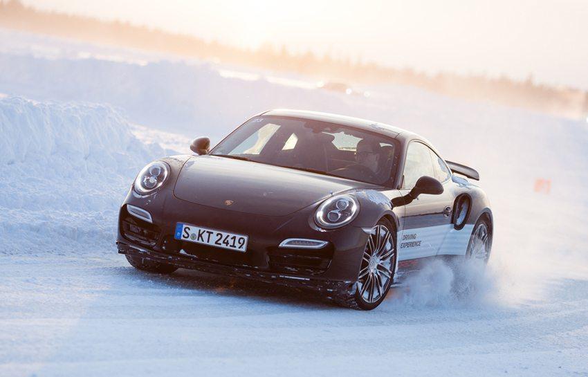 Winterreifen sollten von Oktober bis Ostern montiert werden. (© Maksim Toome / Shutterstock.com)