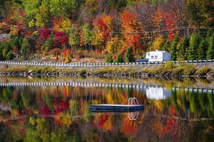 Im Herbst lassen sich entspannte Ausflüge in eine sonnige herbstliche Landschaft hervorragend geniessen. (Bild: Elena Elisseeva / Shutterstock.com)