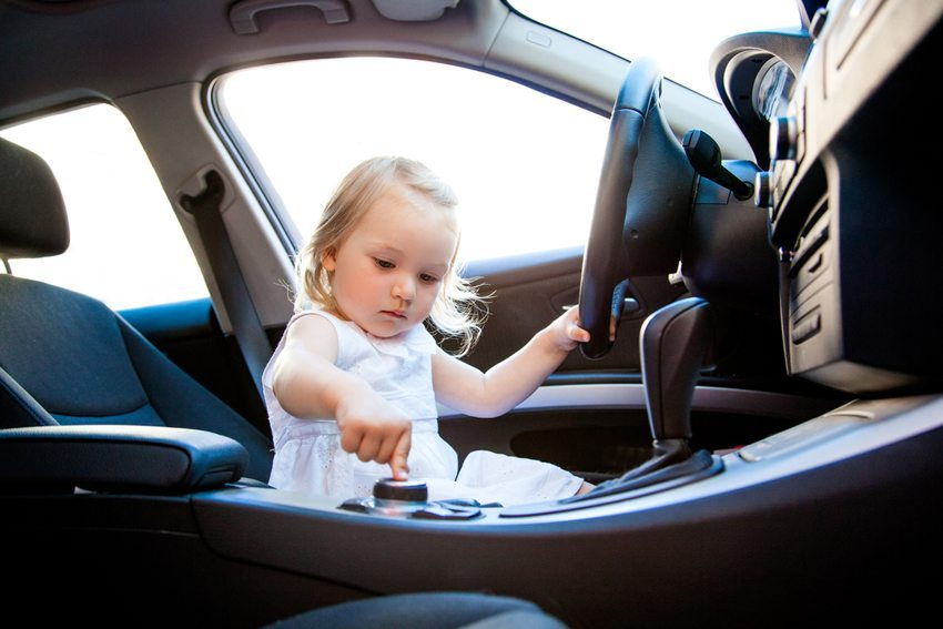 Oft ergattern sich die Kleinen bei jeder passenden Gelegenheit den Platz hinter dem Lenkrad. (Bild: altafulla / Shutterstock.com)