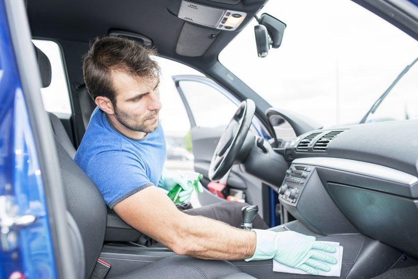 Benutzen Sie zur Reinigung von Kunststoffverkleidungen im Fahrzeuginnenraum einfache Feuchtetücher. (Bild: leonardo2011 / Shutterstock.com)