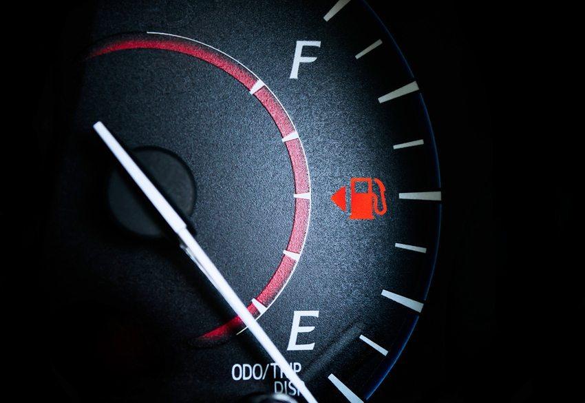 Die Verbrauchsangaben der meisten Autohersteller weichen erheblich von der Realität ab. (Bild: Ratchapol Yindeesuk / Shutterstock.com)