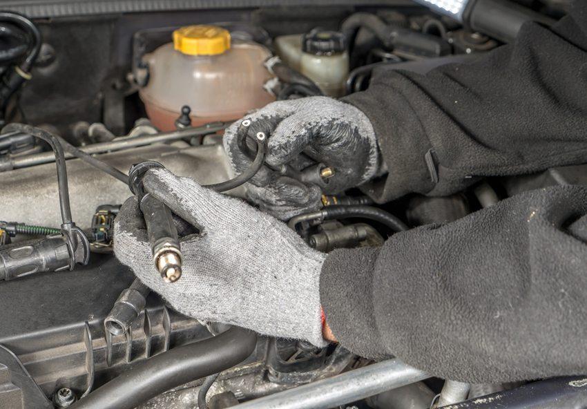 Der Wechsel von Zünd- und Glühkerzen funktioniert bei älteren Fahrzeugen auch noch recht gut. (© pryzmat / Shutterstock.com)