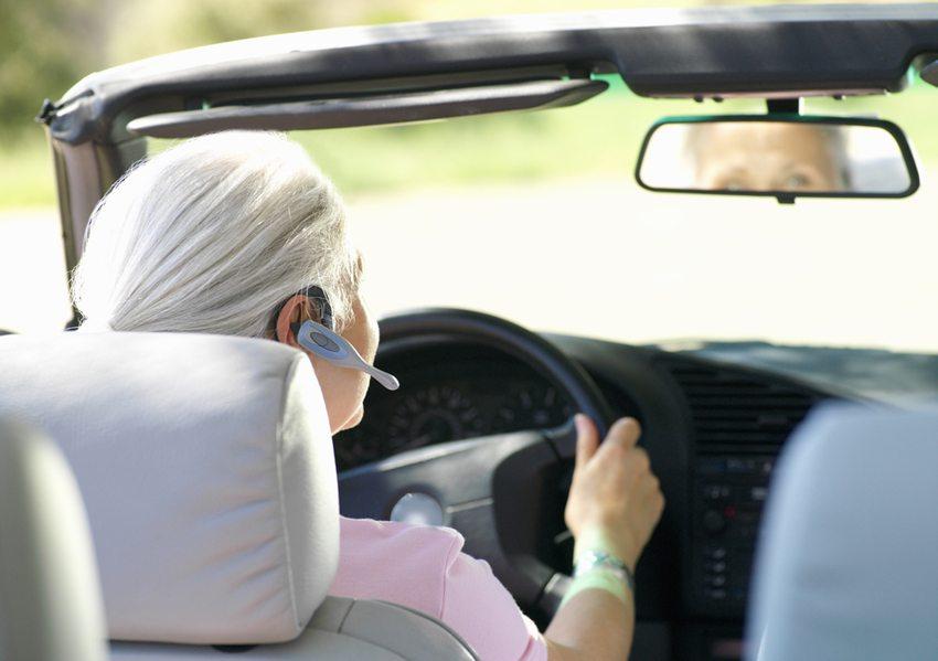 Wenn es gar nicht anders geht, sollen Sie Ihr Fahrzeug mit der Freisprechtechnik ausrüsten.  (Bild: Air Images / Shutterstock.com)