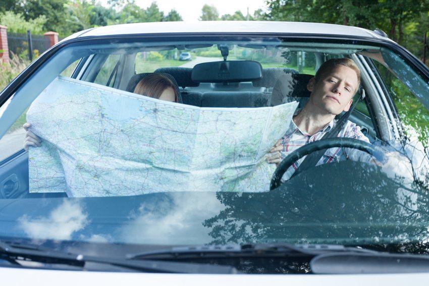 Angeblich können Männer besser als Frauen nach Karte fahren. (Bild: Photographee.eu / Shutterstock.com)
