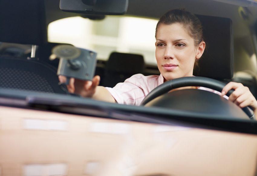 Das Bedienen eines Navigationsgerätes während der Autofahrt kann direkte Ablenkung bedeuten. (Bild: Diego Cervo / Shutterstock.com)