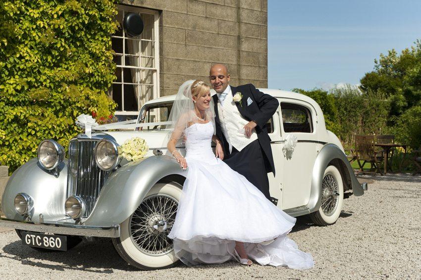 Viele Brautpaare lassen sich mit einem extravaganten Auto zur Trauung fahren. (Bild: KA Photography KEVM111 / Shutterstock.com)