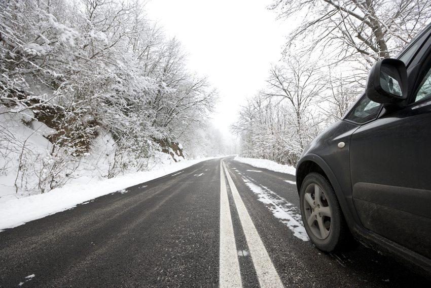 Winterreifen sind nicht nur bei schneebedeckter oder glatter Fahrbahn von Vorteil. (Bild: Yiorgos GR / Shutterstock.com)