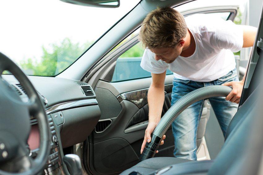Blasen statt Saugen ist bei der Innenraumpflege oft viel effektiver. (Bild: Kzenon / Shutterstock.com)