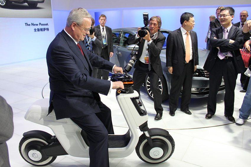 Martin Winterkorn auf Elektro-Scooter-Prototyp, Auto Shanghai 2011 (Bild: Bertel Schmitt, Wikimedia, CC)