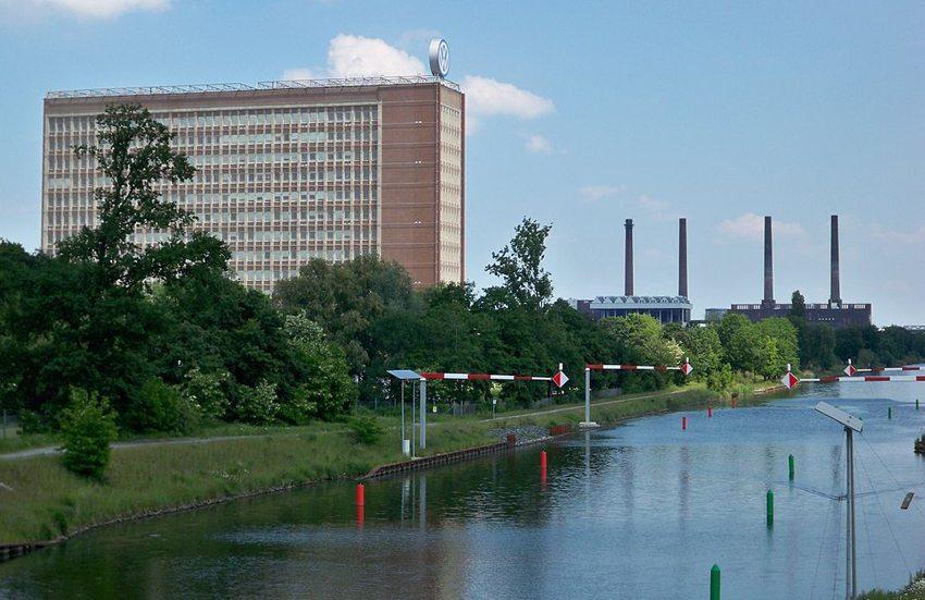 """Wolfsburg – Verwaltungshochhaus der Volkswagen AG mit """"altem"""" Heizkraftwerk und Mittellandkanal (Bild: Vanellus Foto, Wikimedia, GNU)"""