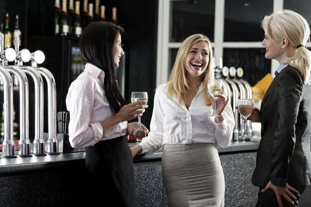 Eine Bar mieten - und tollen Partyspass geniessen! (Bild: © StudioFI - shutterstock.com)