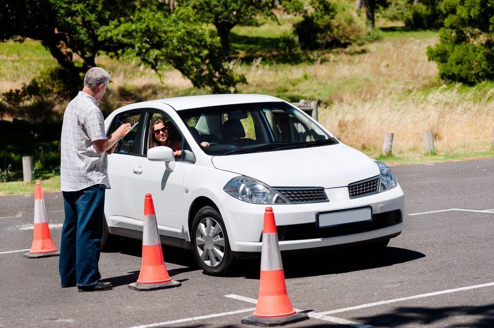 Nach der Erkenntnis der psychologischen Lücken, kommt die praktische Übung, die durch ein Fahrsicherheitstraining erfolgen kann. (Bild: Warren Goldswain / Shutterstock.com)