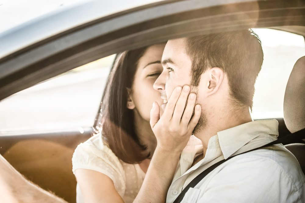 Laute Gespräche, Streit oder Liebehaberei während der Fahrt müssen nicht akzeptiert werden. (Bild: Martin Novak / Shutterstock.com)