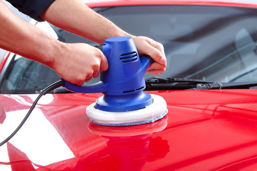 Eine maschinelle Politur ist aufgrund höherer Umdrehungszahlen der elektrischen Schleifgeräte zu empfehlen. (Bild: Kurhan/Shutterstock.com)