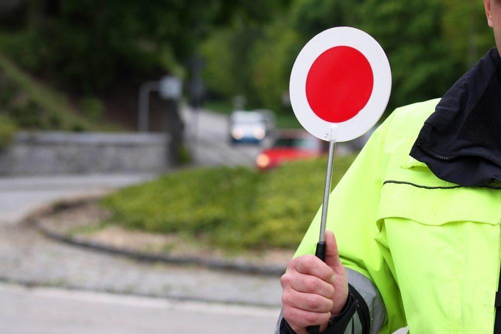 Wer sich in einer Verkehrskontrolle respektvoll aufmerksam verhält, kann unangemessenen Verhaltensweisen beider Seiten aus dem Wege gehen. (Bild: Malota / Shutterstock.com)